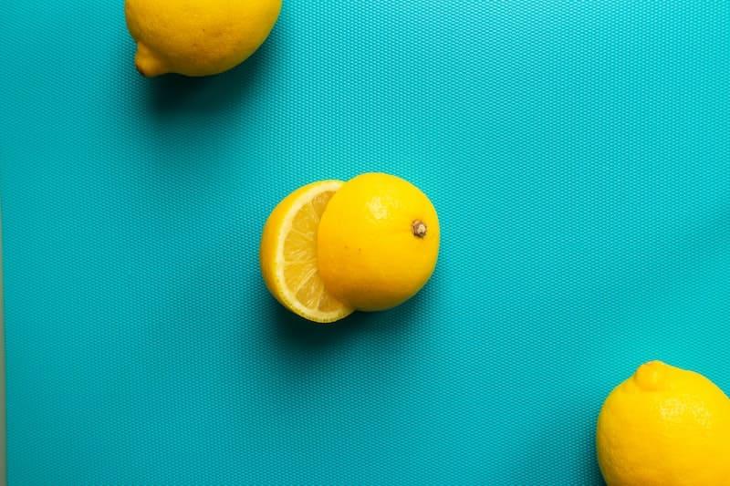Limones sobre fondo azul