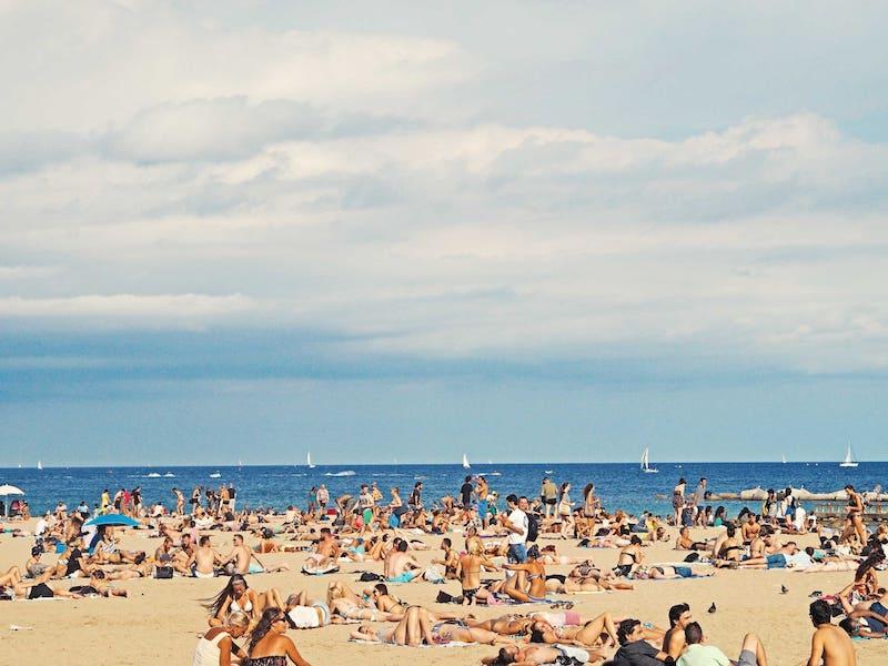 Mucha gente tomando el Sol