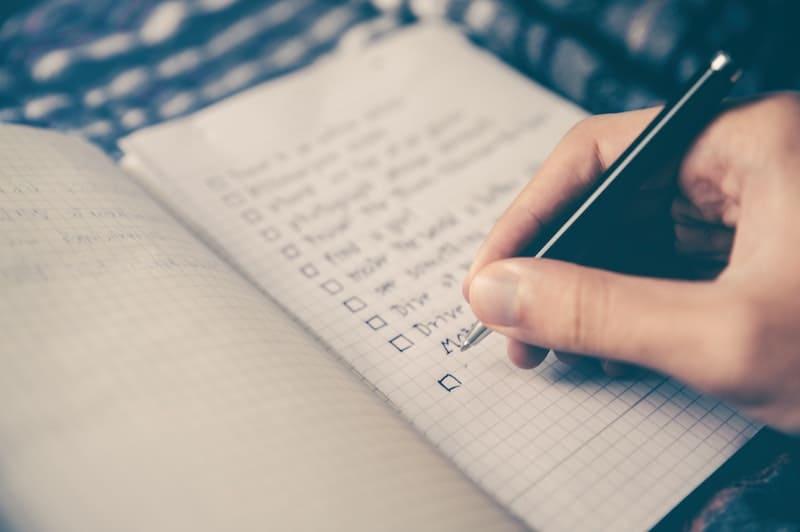 Anotando en un cuaderno
