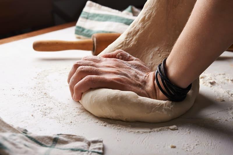 hombre haciendo una masa de pizza