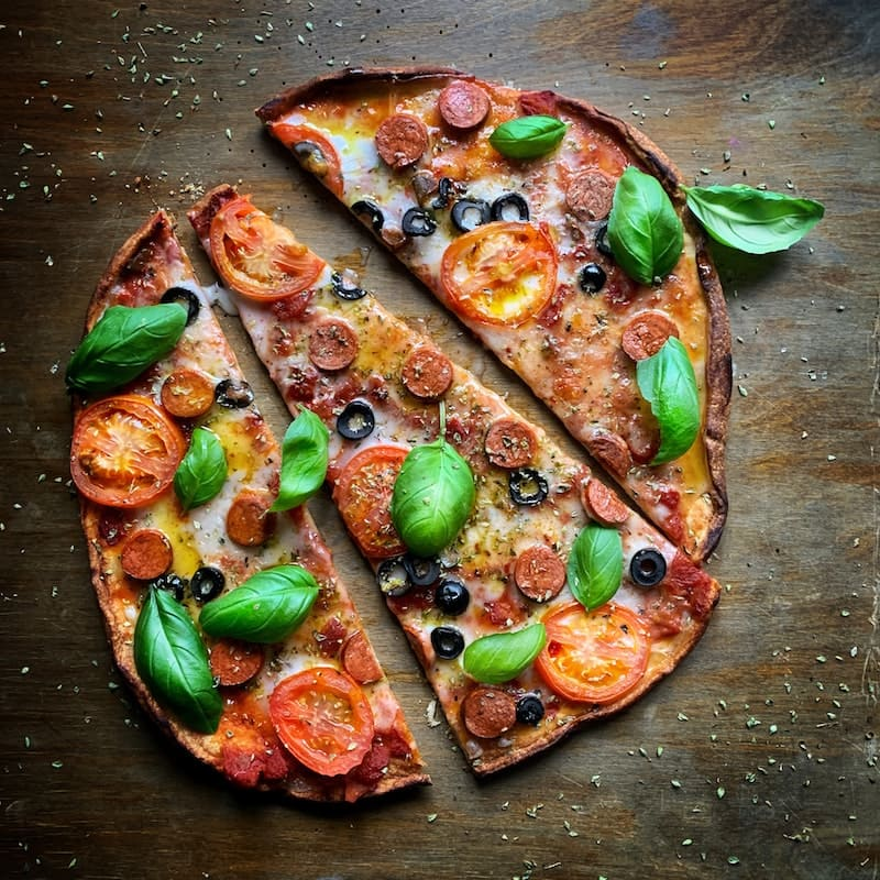 Así es como parten la pizza los italianos ¡Y no es en triángulos!